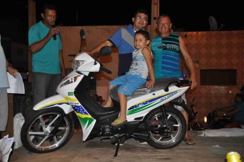 Feliz ganhador de uma moto recebendo as chaves