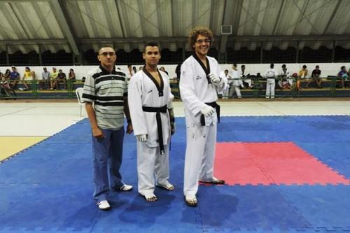 Mestre Siqueira com os atletas de Macau que garantiram vagas para a Copa do Brasil de Taekwondo