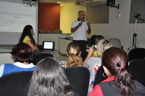 Diretor  Ubiratan Bezerra faz explanação sobre o projeto